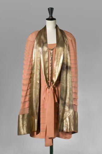 Lucien Lelong Haute Couture, n° 4144, circa 1920/25. Ensemble en crêpe de chine corail gansé de lamé or