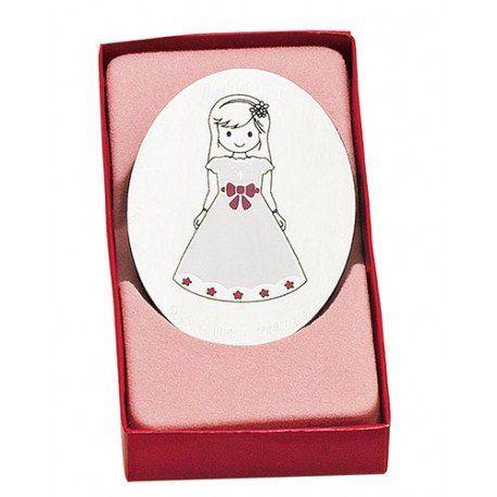 Regalos Comunión:  imán realizado en metal y que presenta una niña con vestido de Comunión, lazo rosa. Se presenta en caja de cartón en rosa. #regalospersonalizadoscomunion #imanescomunion #comunion #detallesparainvitadoscomunion