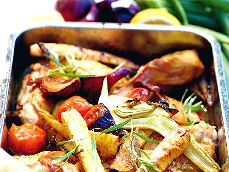 Citronkyckling i ugn med grönsaker och fetaoströra | Recept.nu