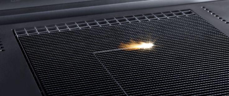 Zuschnitt eines ausgehärteten CFK-Bauteils: Der Laser arbeitet bei Dicken unter vier Millimetern zwei- bis dreimal so schnell wie Wasserstrahl oder Fräser – bei höherer Schnittqualität. Foto   TRUMPF