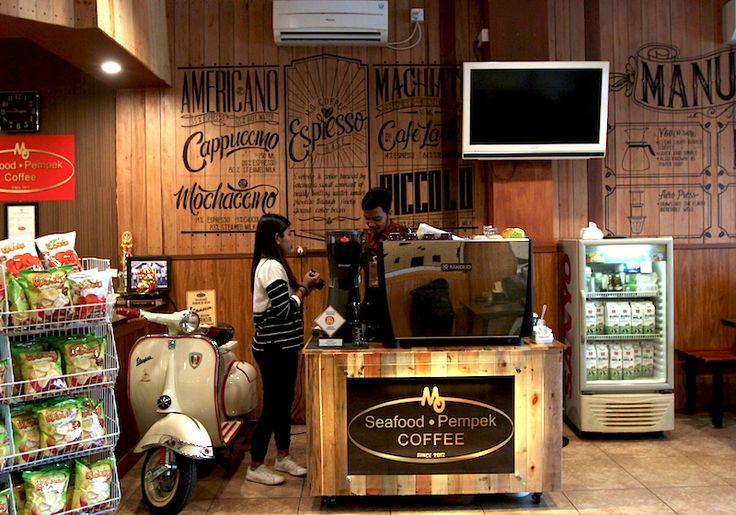 Selama ini saya tak pernah tahu bahwa pempek ternyata adalah teman paling pas buat ngopi. Fakta ini justru saya temukan di Padang, Sumatera Barat. HARI terakhir di Padang memberi sedikit perasaan sedih karena saya harus mengakhiri petualangan seru coffee shop hopping keliling kota. Kota ini memiliki…