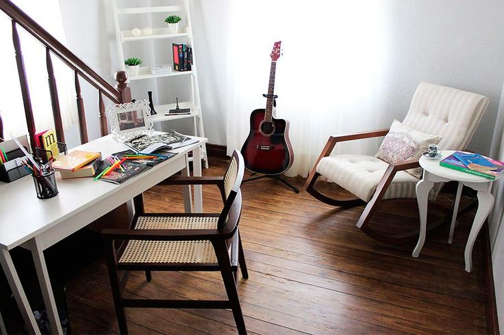 Canto de leitura e home office com uma cadeira de balanço, não existe conforto maior!