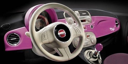 Detalhe do painel do Fiat 500 Barbie.