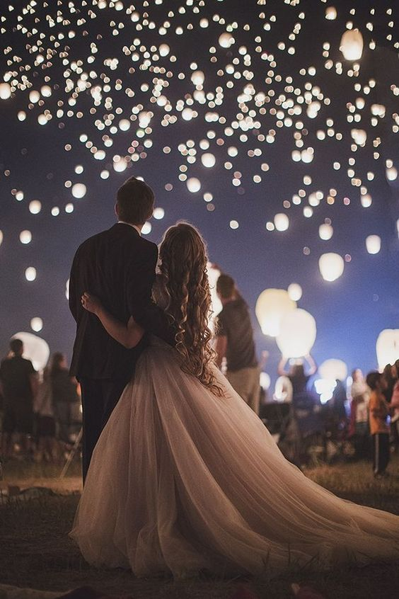 <p>Can't afford fireworks? No problem, let all your guests let go of some Chineselanterns to create a wonderful spectacle in the sky.<i>[Photo: Pinterest]</i></p>