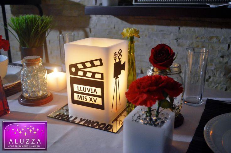 Centro de Mesa para fiesta temática de Hollywood. con base de espejo de 20x20cm con silueta de film y letrero de Hollywood y pantalla de cera de 20cm de alto con 2 siluetas de cámara de cine y 2 caras con claqueta de cine con nombre de la festejada y leyenda mis XV y vela tea light para iluminarla. ALUZZA #Xv #Hollywood #cine #fiesta #aluzza