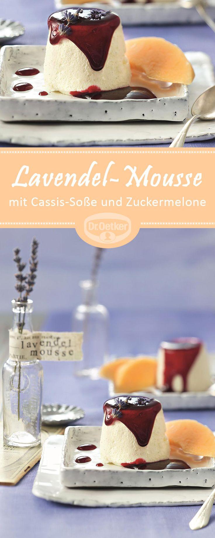 Lavendel-Mousse mit Cassis-Soße und Zuckermelone: Ein Dessert mit Joghurt, einem Hauch Lavendel und frischem Obst