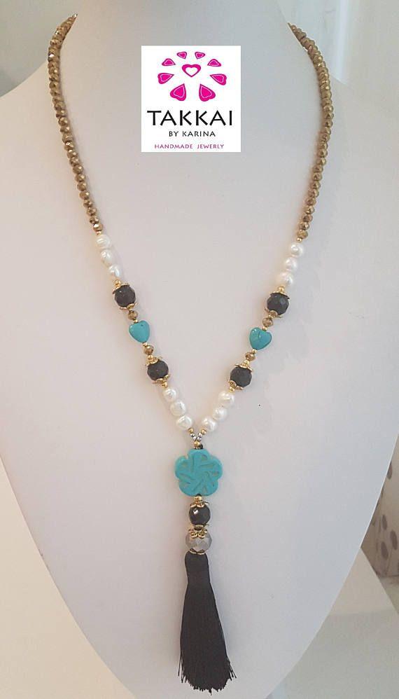 5c4ebbcb9c8a Collar Largo Estilo Boho con Perlas y Cristales Dorados y Colgante de Flor  y Borla.