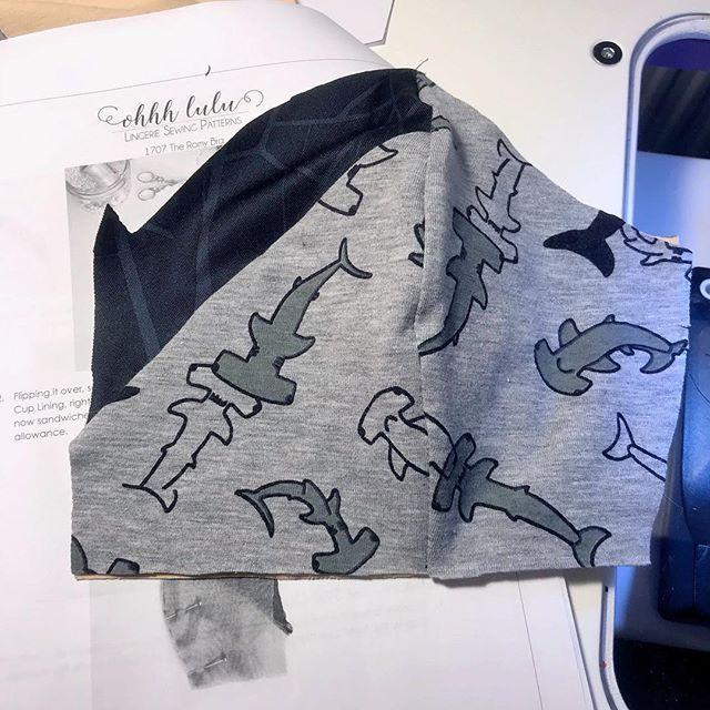 Look its almost half a bralette! Well more like a fourth but still. Im impressed! @annabe_123 känner du igen det svarta tyget mamma?  #ohhhlulu #ohhhluluromy #ohhhluluromybra #sharks #sharkfabric #stoffochstil #sewing #lingerie #sewinglingerie #bralette #romybralette #grey #black @ohhhlulu @stoffstil