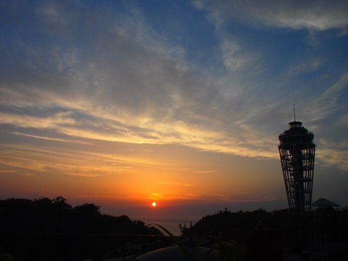 晴れた日の夕暮れ…江ノ島の頂上から見える夕焼けは絶景です。どうせ江ノ島まで行くのなら、夕暮れ前に頂上までのぼって、沈んでいく太陽を眺めてみてください。