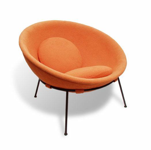 Cadeira Bowl, 1951 de Lina Bo Bardi.  Tubo de ferro pintado e revestimento em tecido.