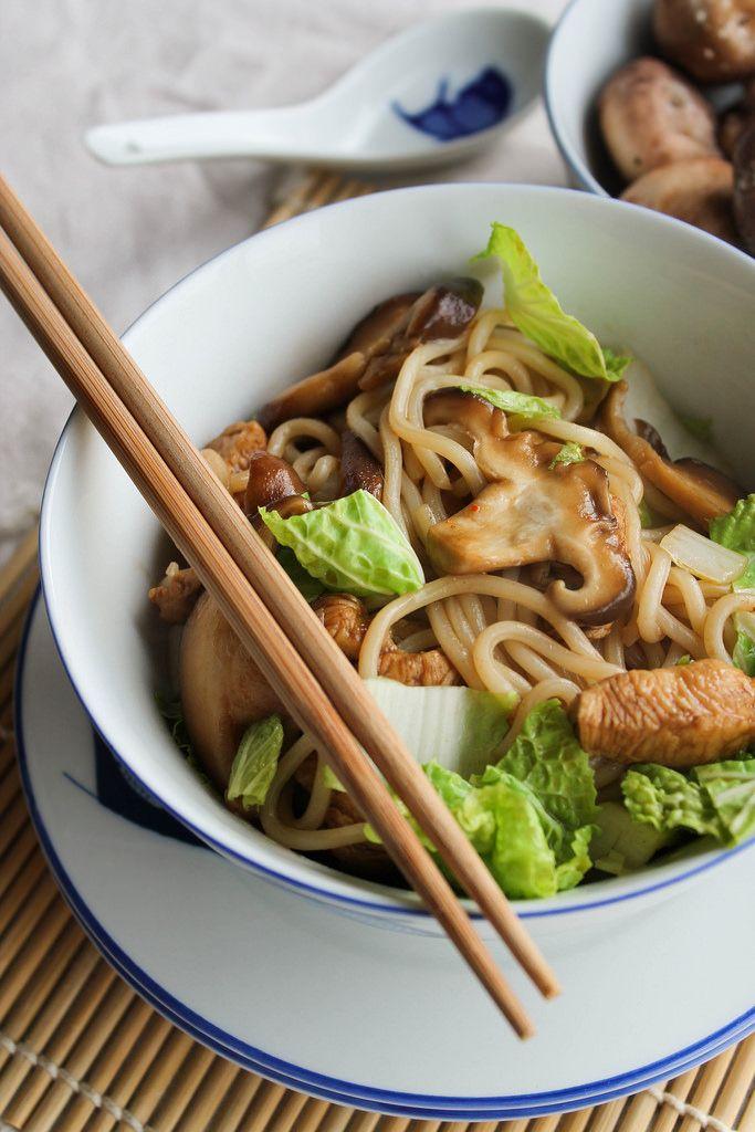 Nouilles udon sautées au poulet, shitakes et chou chinois