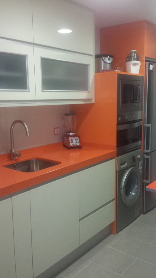 #Cocina DECORactiva de la tienda Muebles de Cocina Edymar, con el blanco, el naranja y el acero como protagonistas.