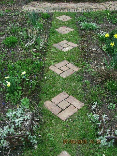 Die Wirkung eines Gartens hängt natürlich auch von den Gartenwegen ab. Der Deutsche neigt immer zur Perfektion und legt sich oft Gartenwege ...