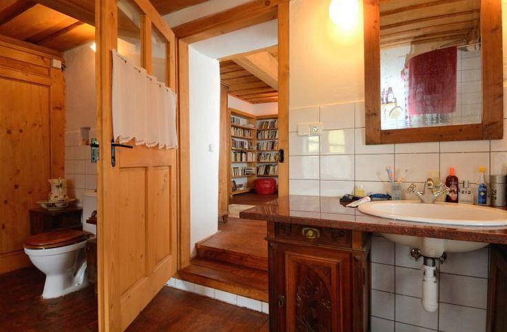 Koupelna s klozetem je přístupná jak z chodby, tak z pracovny.