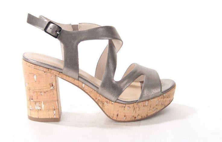 Donkergrijze metallic sandaal van S. Oliver. De plateauzool onder de voorvoet en de hak zijn vervaardigd uit lichtgewicht kurk. #sandal #S.oliver #kurk #brons #musthave