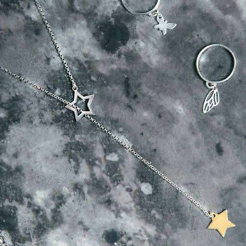 Przekładany naszyjnik `Kometa` z gwiazdami wykonany w całości ze srebra próby 925. Dolna gwiazdka dodatkowo pokryta podwójną warstwą złota. Istnieje możliwość zamówienia wersji w całości pokrytej złotem.  Długość: 65 cm  Biżuteria pakowana jest w eleganckie pudełeczko ze specjalną wkładką zabezpieczającą srebro przed matowieniem.