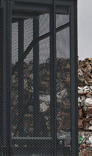 METAL RECYCLING PLANT BY DEKLEVA GREGORIČ ARHITEKTI (Matevž Paternoster photography) Acabado exterior de láminas de metal deployé, aplicado sobre superficie plana.