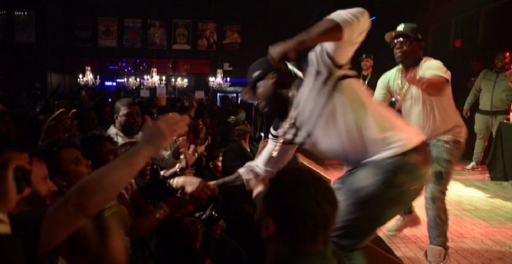 Rapper 50 Cent perde a razão e dá soco em mulher em show; veja vídeo