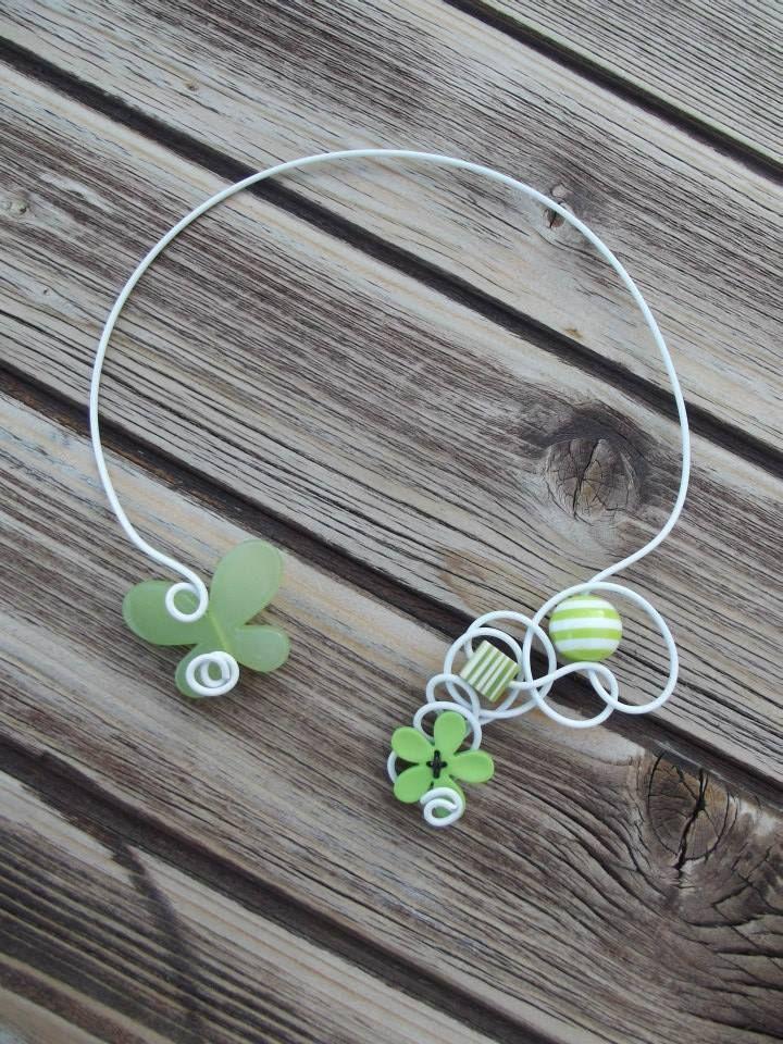 Collier n°058  En fil d'aluminium de couleur blanc avec ses perles de couleur verte  Retrouvez ce modéle sur ma page facebook : https://www.facebook.com/olivia.creation.5