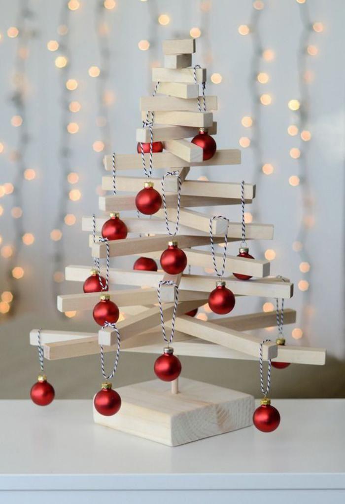 arbre de noel an bois clair et déco avec boules de noel rouges