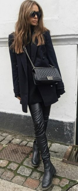Leather leggings are the perfect choice for an all black look. Maria Kragmann wears a pair with gorgeous Chelsea boots and an oversized blazer from Pepe Jeans.  Coat: Pepe Jeans, Trousers: Asos, Boots: Kurt Geiger, Bag: Chanel. #leather