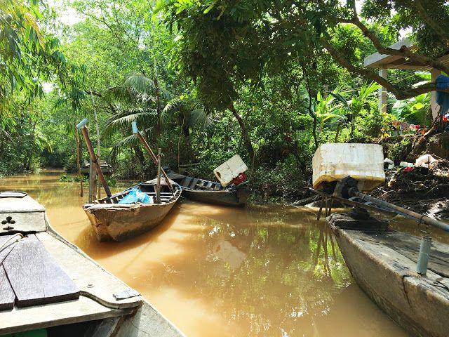 Like utenfor Cai Be på Mekong Deltaen i Vietnam ble jeg tatt med på en spennende båttur. I en smal trebåt med sitteplass til to ble vi padlet forsiktig gjennom en frodig oase som ble stadig tettere og mer intens etterhvert som vi kom dypere innover. De eneste lydene vi hørte var vannets skvulping mot båten og tusenvis av dyr, fugler og innsektslyder ettersom jungelen omringet oss og elven ble smalere og smalere. Bli med på en avslappende, spennende og fargerik fotoreise gjennom Mekongelvens…