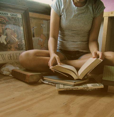"""""""Временами я беру с полки ту или иную книгу и наугад прочитываю из неё страничку другую. В конце концов, чтение является таким же проявлением заботы, как дружеская беседа"""" (Диана Сеттерфилд. Тринадцатая сказка).  #книги #чтение #фото #readingcomua #фотография #цитаты #цитата #мысль #books"""