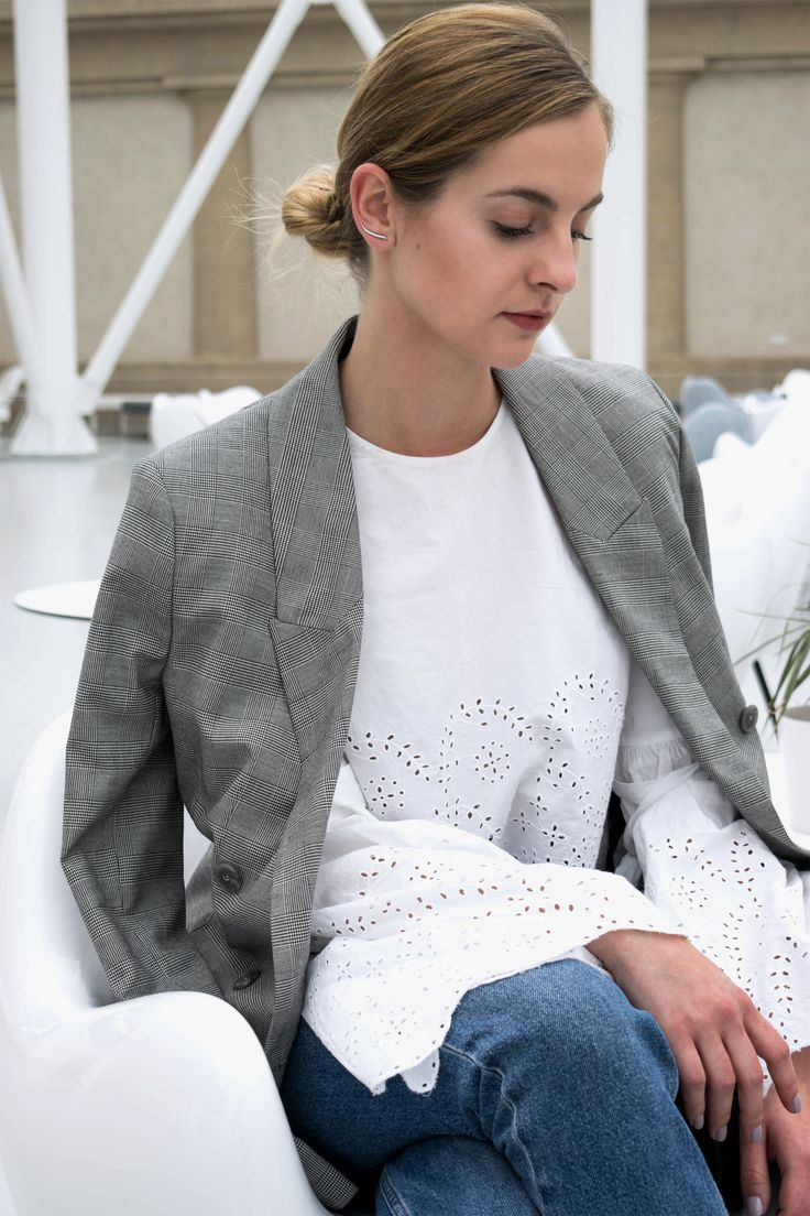 H&M Trend Blazer, white Zara shirt, mom jeans, block heels. Minimal and classic gallery look. More on afnewsletter.com