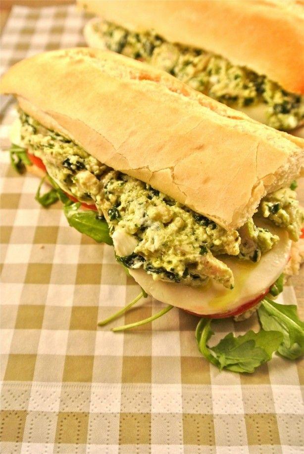 Sandwich met een zelfgemaakte kip-pesto salade