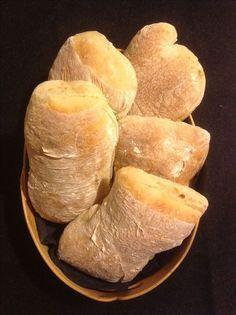 CIABATTA 6-8 bröd 5 dl vatten 1 dl mjölk 1/2 pkt jäst (25 g ) 2 tsk salt 2 msk sirap (1 msk brödkryddor) 12,5 dl mjöl + mjöl till utbak Värm vattnet och mjölken till 37 grader Rör…