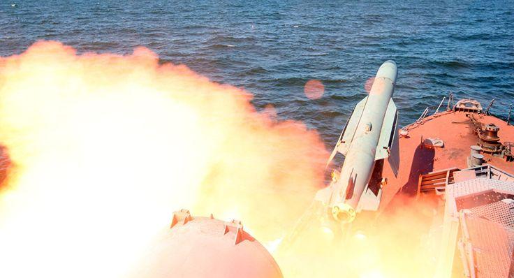 Estados Unidos lançam 50 mísseis de cruzeiro contra base aérea na Síria