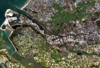 [Notice encyclopédique EHNE :  Amsterdam et Rotterdam. Acteurs de la dynamique européenne (XVIIe-XXIe siècle)]  Port de Rotterdam. Actuel premier port d'Europe en termes de trafic, le développement spatial du port de Rotterdam est assuré grâce à la construction de terre-pleins artificiels gagnés sur la mer. La qualité de son réseau navigable lui assure un axe de pénétration vers l'Europe médiane.