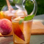 This homemade peach iced tea #recipe is a perfect healthy drink for your next backyard party!
