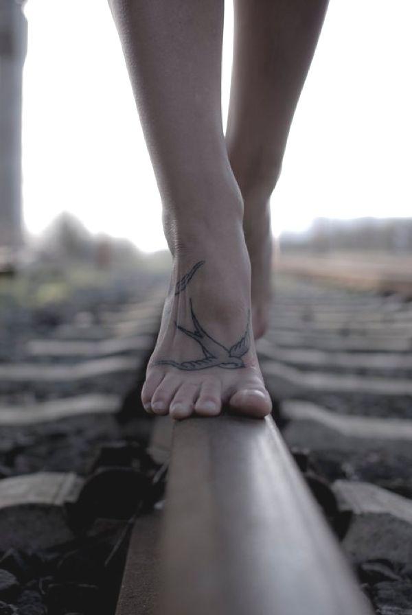 Tattoo zwaluw voet