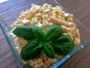 Sałatka z makaronem, szynką i pysznym sosem Taka sałatka to smaczne, sycące, wyjątkowo proste i szybkie w przygotowaniu danie. Doskonale sprawdza się na przyjęciu, pikniku a nawet jako lunch do pracy czy szkoły :))  Składniki: 250g makaronu ( użyłam makaronu świderki) mała puszka kukurydzy (ok 200g) 1 większy ogórek zielony 10 dkg żółtego sera …