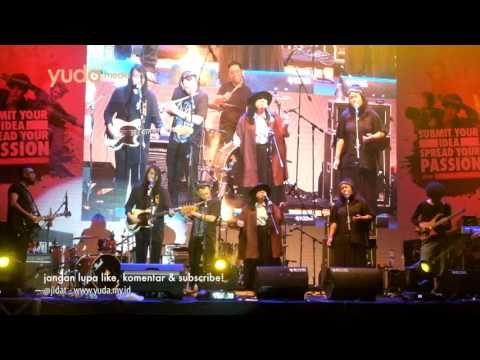 Desember - Efek Rumah Kaca dibawakan oleh Pandai Besi dalam acara Passion Ville Diplomat Mild Wismilak di Lembah Dieng Malang. 8 Oktober 2016 yang juga menampilkan Wake Up Iris dan Stars and Rabbit. Enjoy Indie!