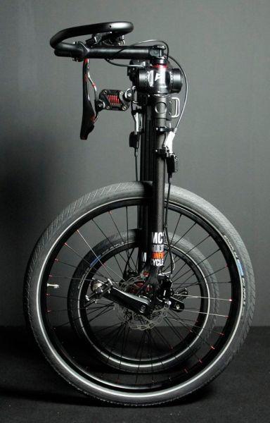 La fascination du grand-bi, la nostalgie des souvenirs d'enfance sur le tricycle Radio Flyer et un brin de créativité. Le décor du vélo MC² (Multi-Configuration Cycle) est planté.  Singapour