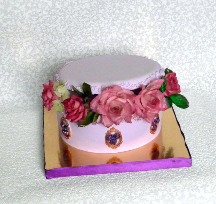 торт-шкатулка с розами