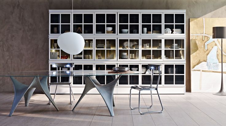 """""""Piroscafo"""" è un versatile e raffinato magazzino domestico: libreria nello studio, vetrina in soggiorno, madia in cucina. Una serie di librerie a giorno o con ante vetrate con telaio in metallo di forma quadrata, diviso in quattro da una croce interna, struttura in essenza o laccata e facciata metallica laccata in colori opachi. È possibile illuminare l'interno con una o più barre led da applicare su coperchi, piani centrali e ripiani, per tutta la lunghezza degli stessi."""