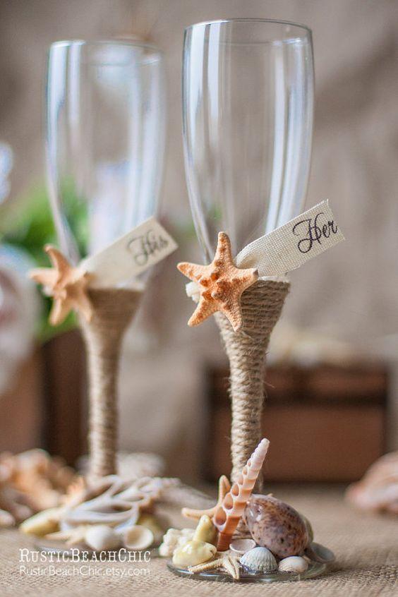 Para los que desean organizar bodas en la playa hasta el último detalle, estas copas para los novios vienen con caracoles e hilo sisal.