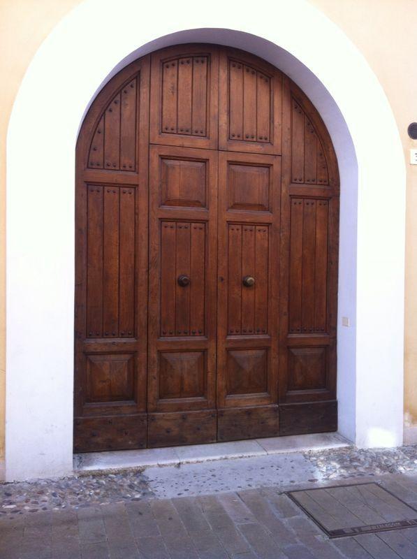 Il portone di ingresso, direttamente su Corso Mazzini a Cervia. Il portone dava l'accesso al Palazzo Busignani, celebre abitazione della famiglia cervese.