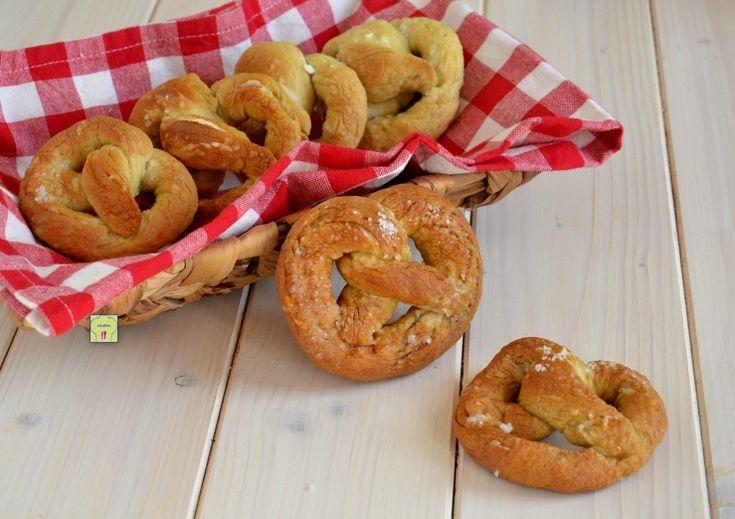 Il brezel è un tipo di pane tipico tedesco, a forma di anello con le estremità annodate, una sorta di nodo sciolto, facile da preparare.