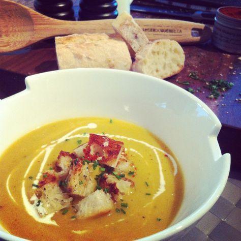 Potage courge poivrée et poires de la Montérégie http://blogue.gardemangerduquebec.ca/recettes-et-gourmandises/potage-heureux-de-courge-poivree-et-poires
