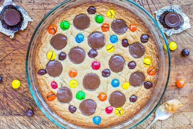 Арахисовый пирог с конфетами  1 яйцо 100 гр. сливочного масла (растопленное) 200 гр. коричневого сахара 1 ч. л. ванилина 200 гр. муки 100 гр. арахисовое масло, 13 шоколадных конфеты, 1 конфеты м&ms (пачка)