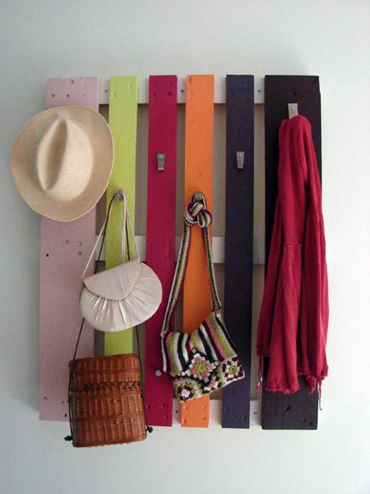 Un portemanteau original, avec les palettes en bois peints à votre guise. Vissez quelques crochets et vous avez une nouvelle décoration