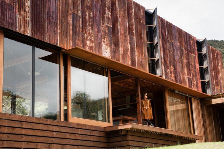 """Ten dom, na życzenie właścicieli został w prawie w całości zaprojektowany i wykonany z materiałów z odzysku, pokrytych patyną lub rdzą. Projektantom ze studiaHerbst Architects udało się spełnić wymagania właścicieli, i tak w malowniczej, nowozelandzkiej dolinieKauaeranga pojawiła się nietypowa, bo """"rdzawa"""" rezydencja."""