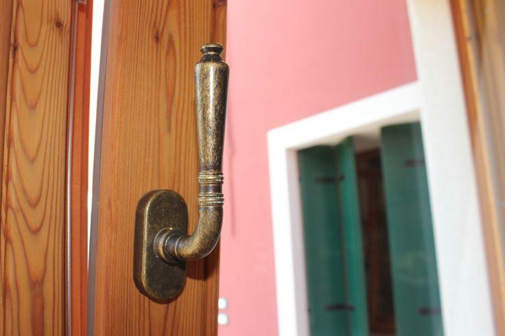 Dettaglio maniglia anticata serramento legno termotrattato (larice lamellare)