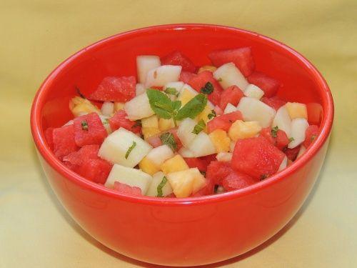 Salata de fructe cu menta - http://www.gustos.ro/retete-culinare/salata-de-fructe-cu-menta.html