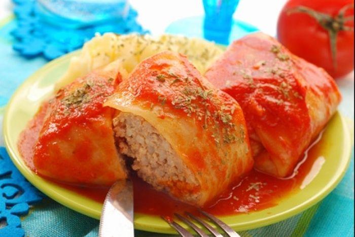 Recette de Golabki : chou farçi à la polonaise, Plat traditionnel polonais, un chou farci de viande de porc, de riz et d'oignons servi avec un coulis de tomates.