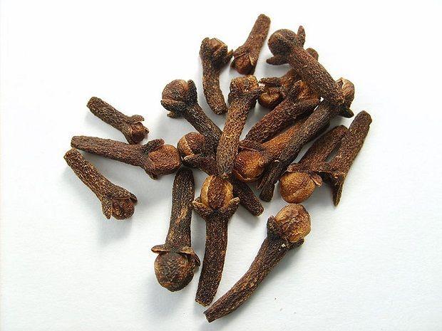 En Sağlıklı Ağrı Kesici : Karanfil Osmanlı mutfağının vazgeçilmezlerindendir karanfil. Tatlılarda daha fazla kullanılan karanfil özellikle aşure için olmazlardan biridir. Günümüzde sadece yemeklerden sonra ağız kokusunu giderici özelliğiyle kullandığımız bu bitki aslında çok iyi bir antioksidan ve kuvvetli bir ağrı kesicidir.